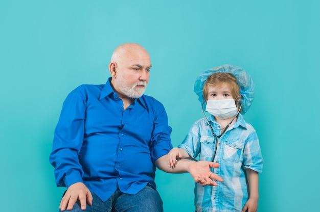아이 놀이 의사 의학 소년 의사 가정 치료 소년 의사 마스크 비상 사태에 의사 놀이 의사 아이