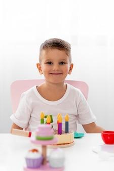 Bambino che gioca a un gioco di compleanno