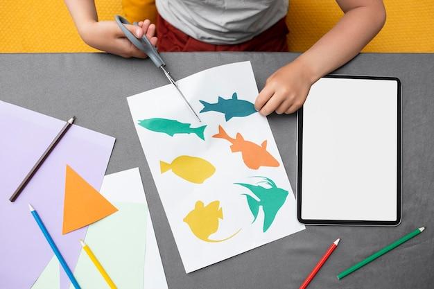 家で紙で遊ぶ子供