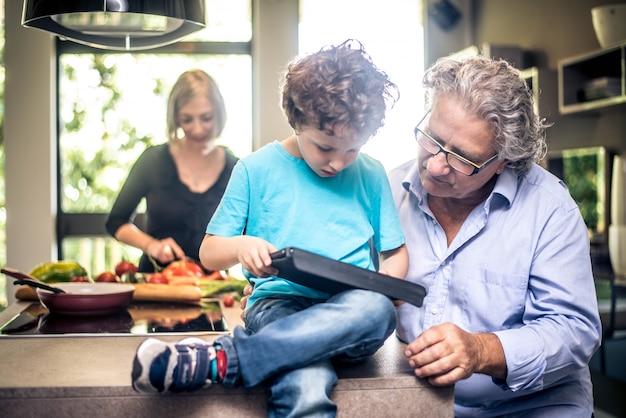 子供はタブレットで遊ぶ