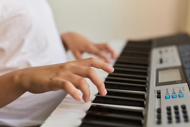 ピアノを弾く子供の指