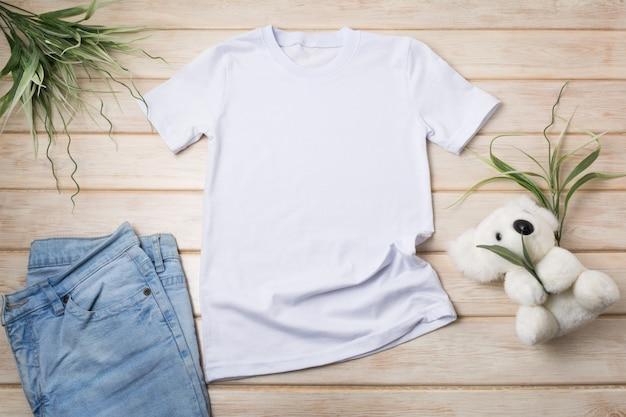 コアラのおもちゃとジーンズが入った子供のtシャツ