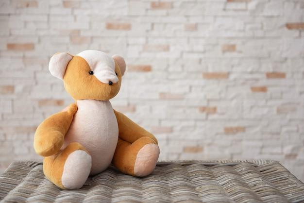 벽돌 벽 바탕에 아이의 장난감