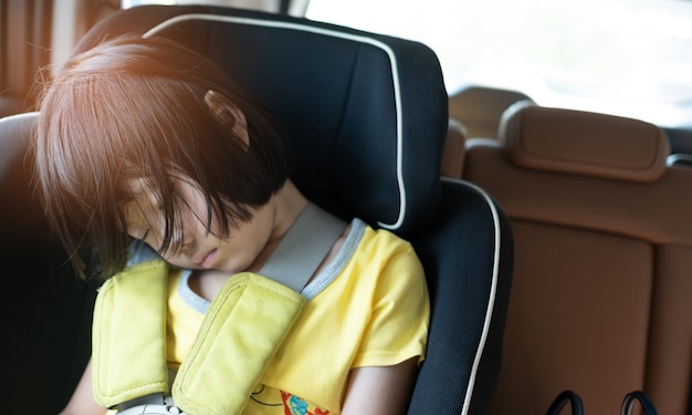 子供は車で寝る、子供は気分が悪くなる、チャイルドシートで寝る