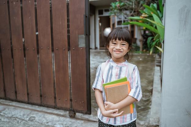Малыш улыбается и позирует перед походом в школу