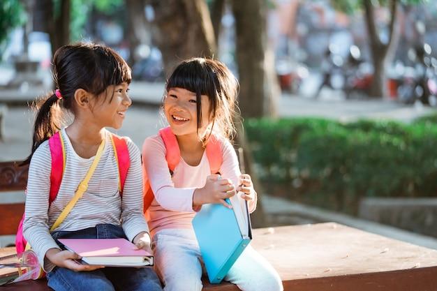 공원에 앉아 있는 동안 웃는 아이 학생