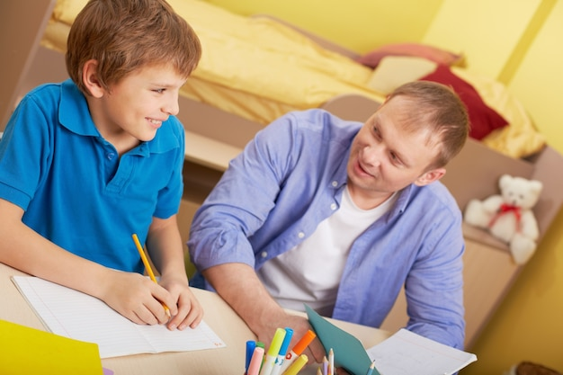 그의 아버지와 함께 공부하는 아이
