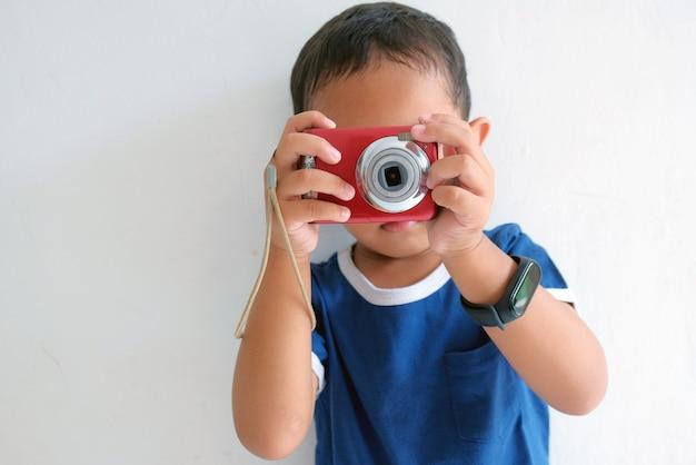 카메라를 사용하여 사진을 찍는 아이