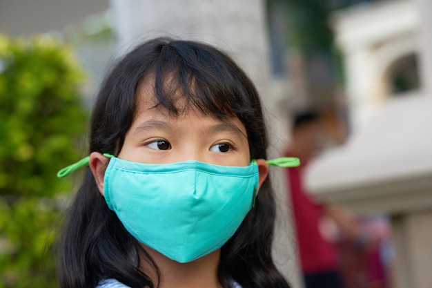 Kid waers mask for protection of pm dust
