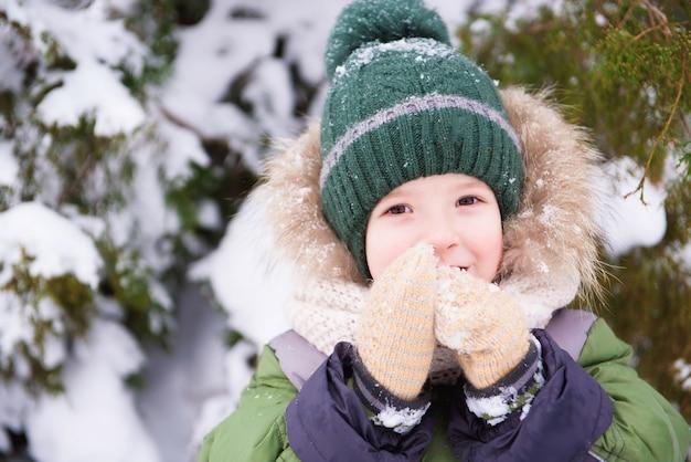Малыш гуляет в парке с первым снегом