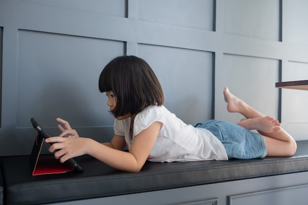 Малыш смотрит планшет, ребенок наркоман мультфильм