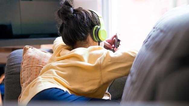 Ребенок в очках с использованием интернет-устройств концепция интернета вещей и ботанической культуры