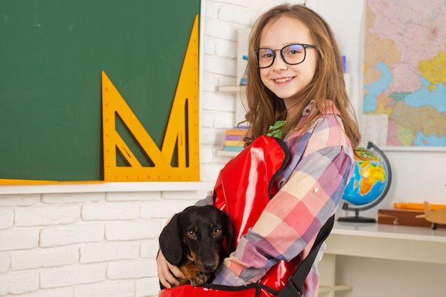 犬と子供面白い子供の学校の就学前の生徒