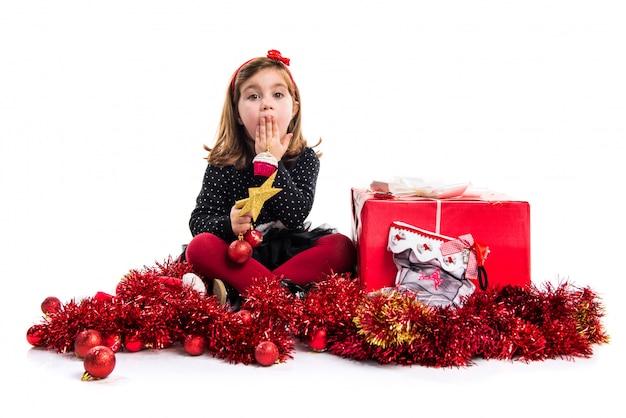 Малыш с большим красным подарком делает неожиданный жест