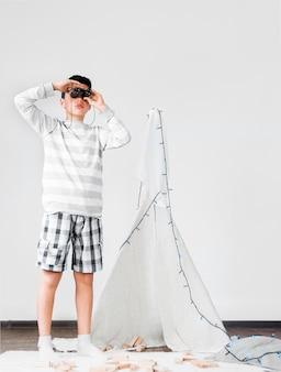 自宅で双眼鏡で遊ぶ子供