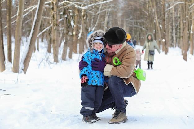 家族連れの子供はウィンターパークで楽しんでいます