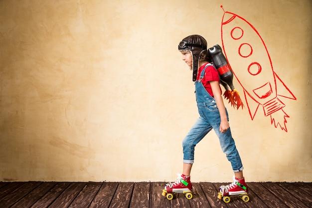 롤러 스케이트를 타고 제트 팩을 가진 아이. 집에서 노는 아이. 성공, 지도자 및 승자 개념
