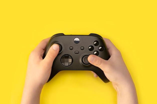 Ребенок с контроллером нового поколения изолирован