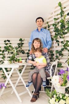 誕生日を祝う両親との子供。一緒に誕生日を祝う幸せな家族。