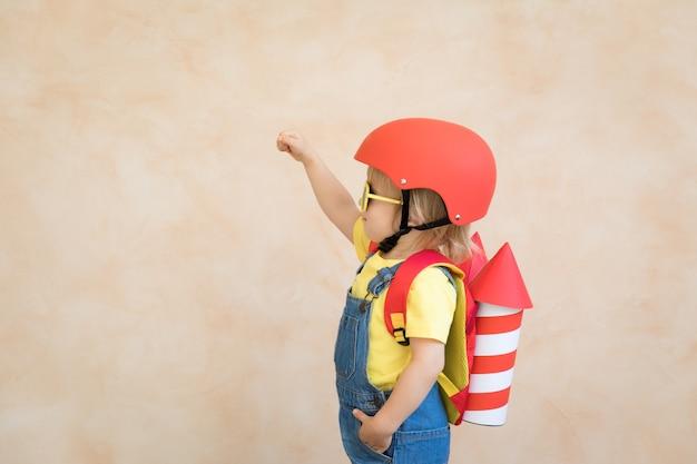 장난감 종이 로켓과 아이