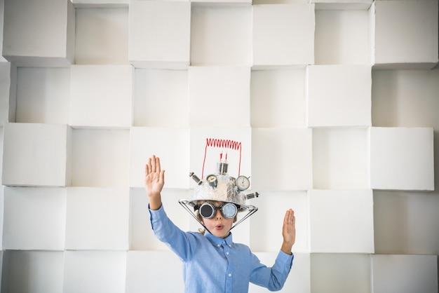 おもちゃのバーチャルリアリティヘッドセットの子供が家で遊んでいる子供成功クリエイティブ