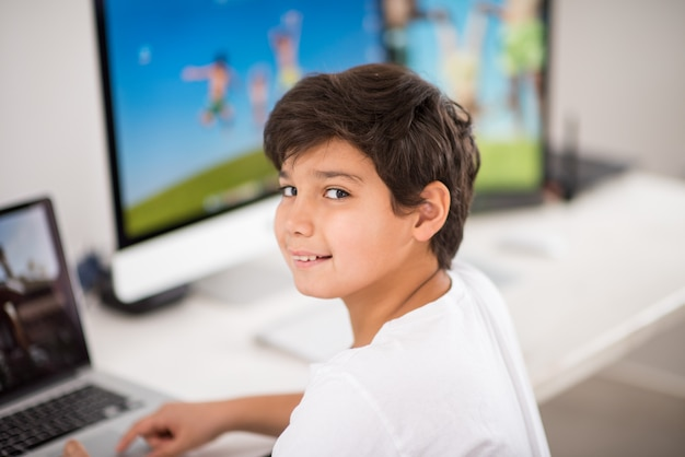 컴퓨터에서 작업하는 아이