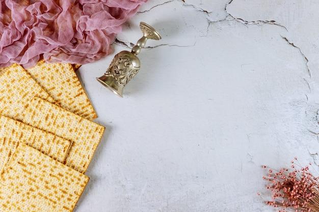 Kiddushと花とマツァーパンの背景。ユダヤ人の過越祭の休日のコンセプトです。