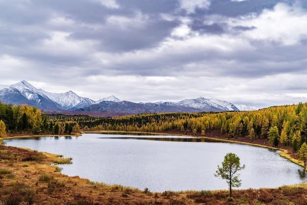 キデル湖と地平線上のクライ尾根の雪をかぶった山頂秋の山の風景アルタイ