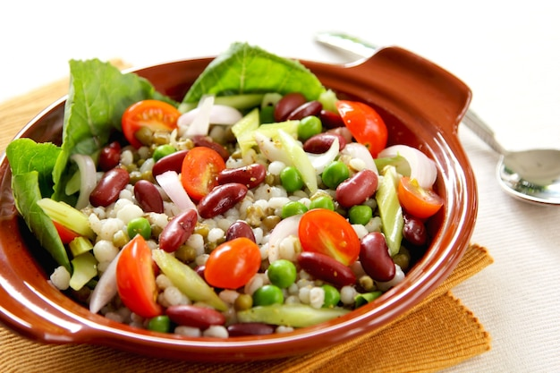 エンドウ豆と大麦のサラダとインゲン豆
