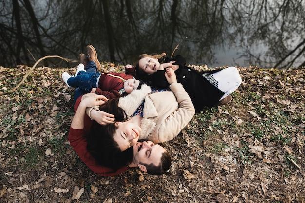 공원에서 껴안고있는 아이들과 아이들