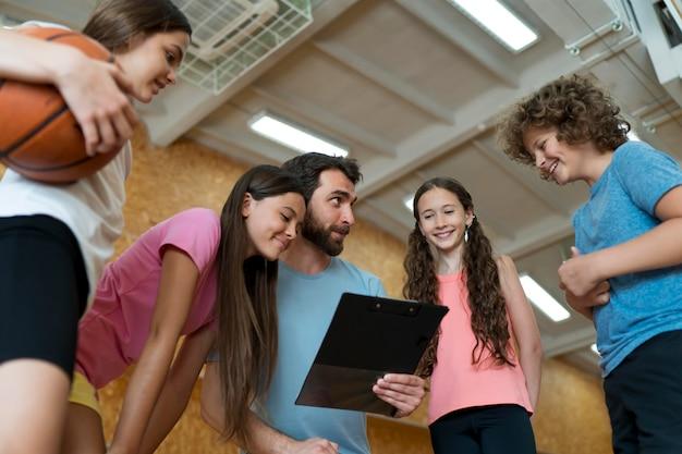 가까이에서 토론하는 어린이와 교사