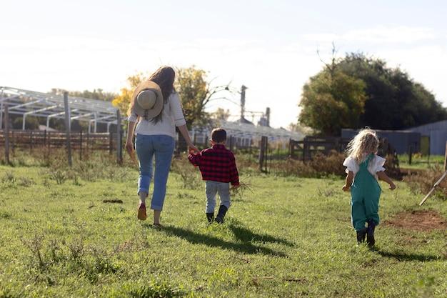 自然の中の子供と女性のフルショット