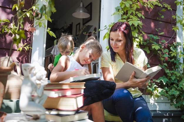 一緒に勉強している子供と女性