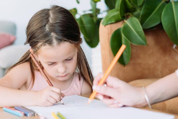 어린이 예술적 레저. 회화 예술 취미. 어린 소녀와 그녀의 엄마 연필로 그림 그리기.