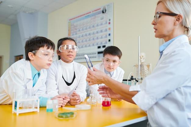 化学の授業で子供たち
