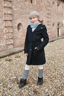 복고풍 가을 봄 옷에 아이 아기. 자연 속에서 웃는 어린 아이, 목에 스카프, 시원한 날씨