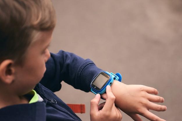 키즈 베이비 스마트 워치는 어린이용 터치 스크린 가제트로 엄마와 위치 추적을 호출합니다.