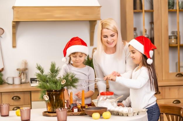 Дети пекут рождественское печенье перед празднованием рождества. семья