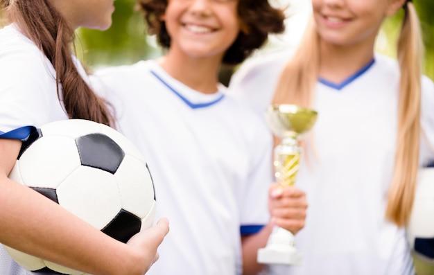 サッカーの試合のクローズアップに勝った後、子供たちは幸せです