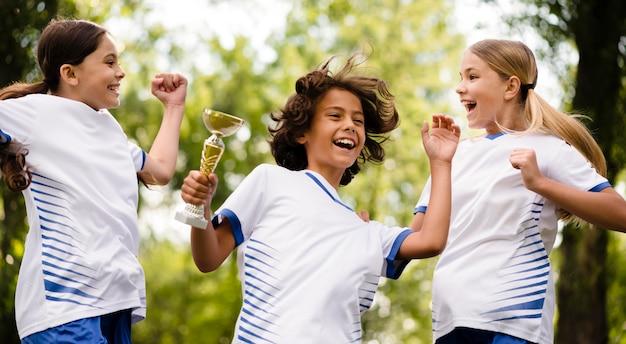 I bambini sono felici dopo aver vinto una partita di calcio