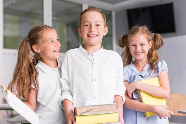 학교 첫날에 행복한 아이들