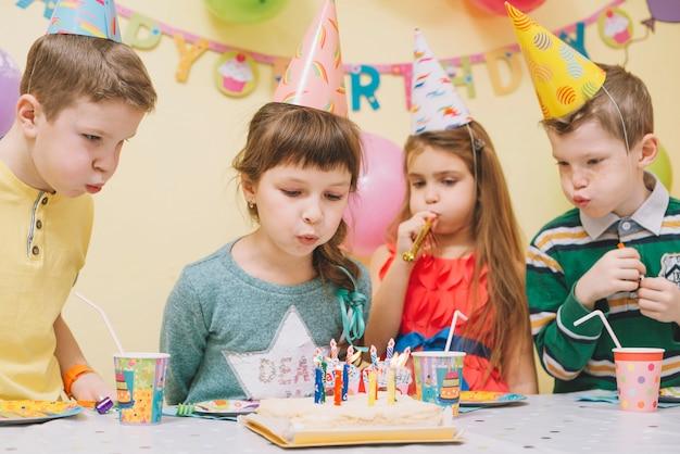 케이크에 촛불을 불고 아이