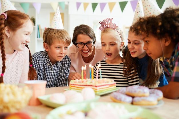 Дети, выдувающие свечи