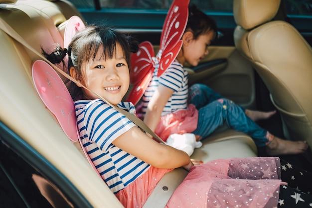 子供は車の中で通常のシートベルトを着用し始めることができます