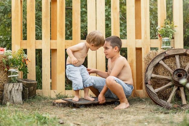 子供たちはおもちゃを共有することはできません兄は兄におもちゃを与えていません