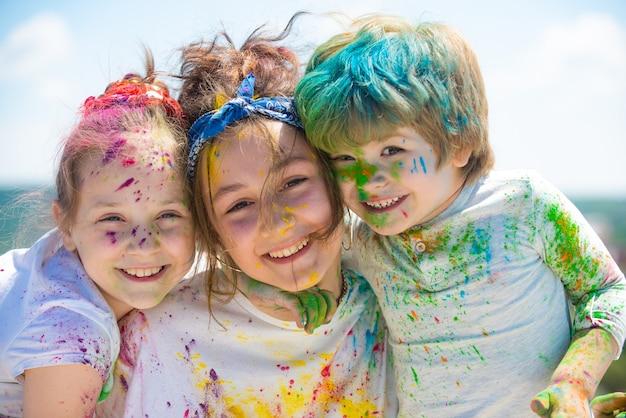 Дети празднуют холи с цветным счастливым холи портретом счастливых смеющихся детей