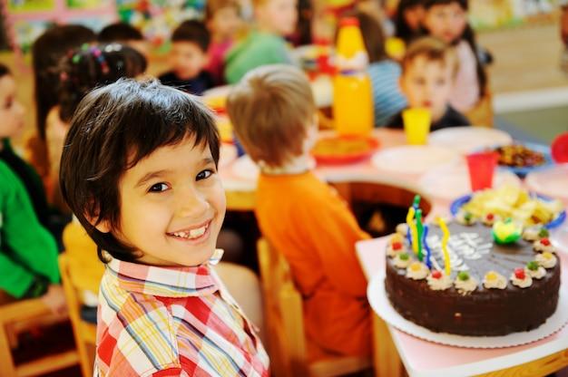 Дети празднуют день рождения на детской площадке