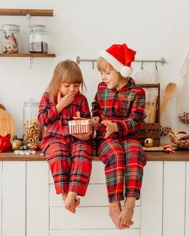 Дети вместе празднуют рождество
