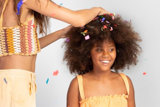 Bambini che festeggiano con i coriandoli da vicino
