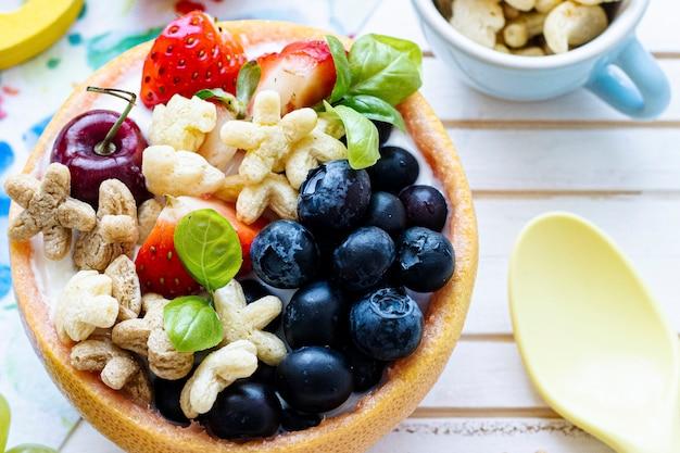 Ciotola di cereali per bambini con frutti di bosco e yogurt